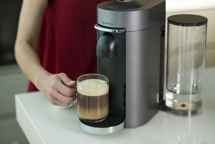 удобная капсульная кофемашина на кухне