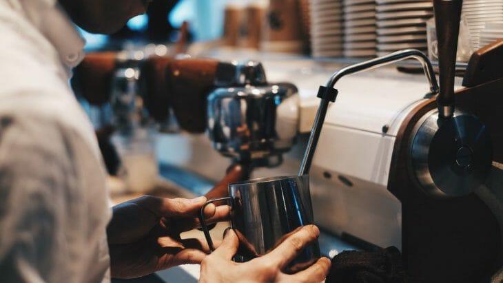 Приготовление капучино в кофейне