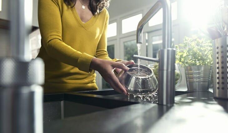 Женщина моет соковыжималку