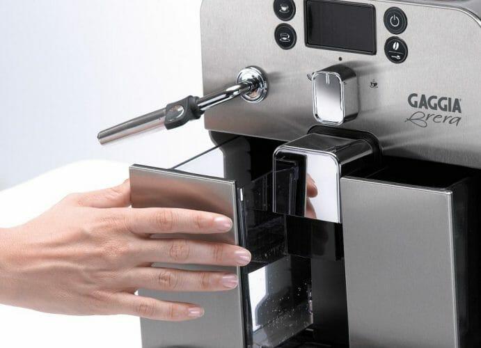 Извлечение резервуара для воды в кофемашине