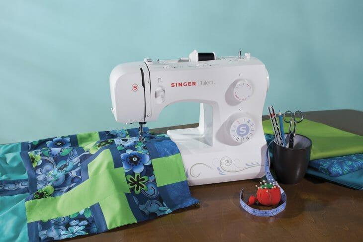 Ручная швейная машинка белого цвета