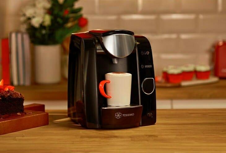 Маленькая кофемашина в кухонном интерьере