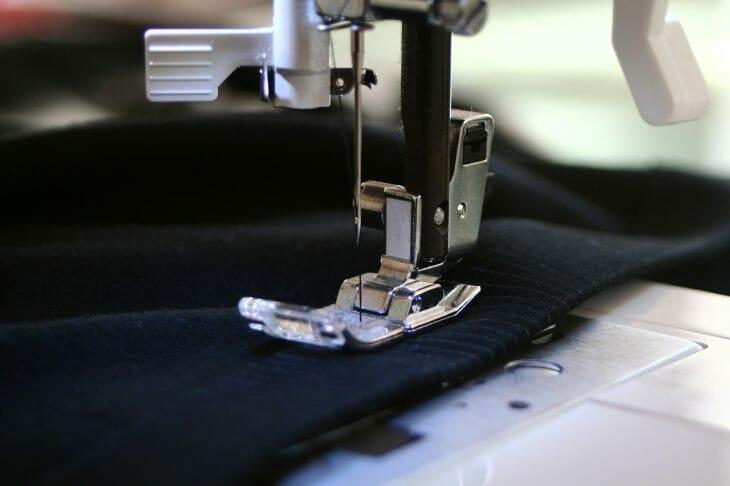 Процесс шитья на машинке вблизи