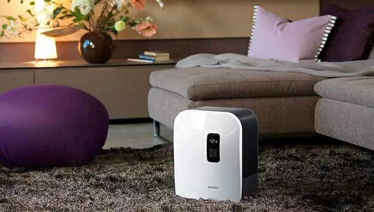 Воздухоочиститель в комнате с обильным текстилем
