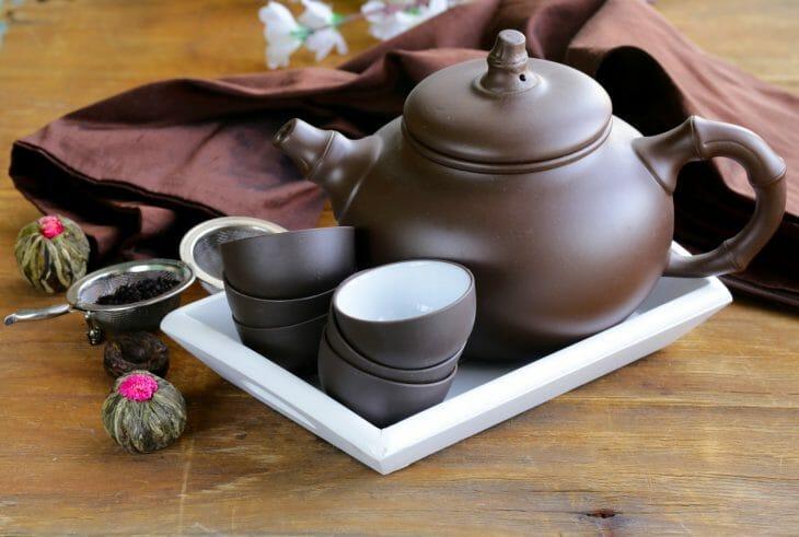 Чайник и чашки из керамики, покрытой глазурью