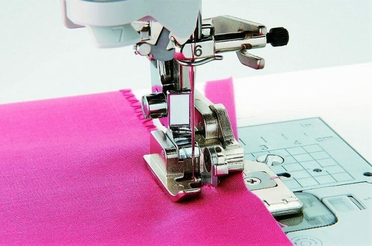 Обрезка лишней ткани на оверлоке