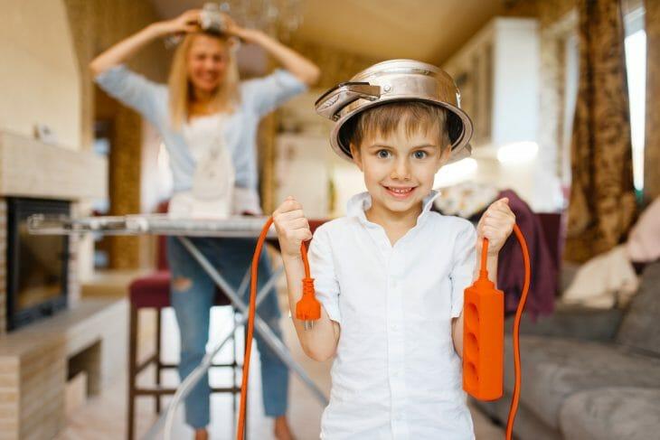 Мальчик с оранжевым удлинителем в руках