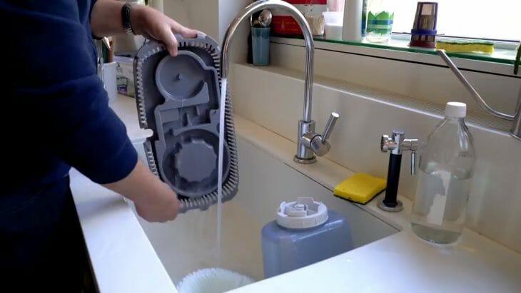 Мытье увлажнителя воздуха под краном