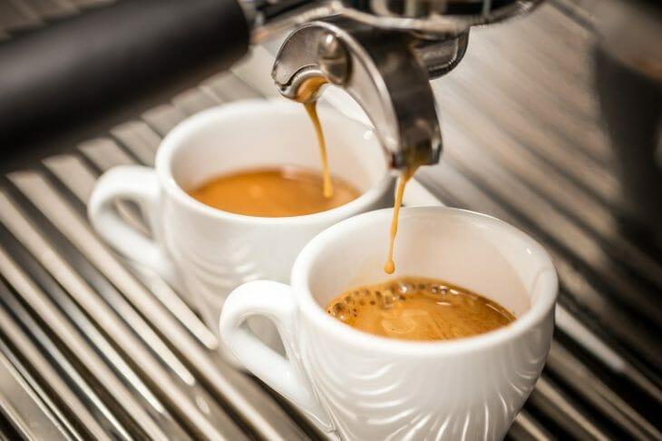 Подача кофе на 2 чашки
