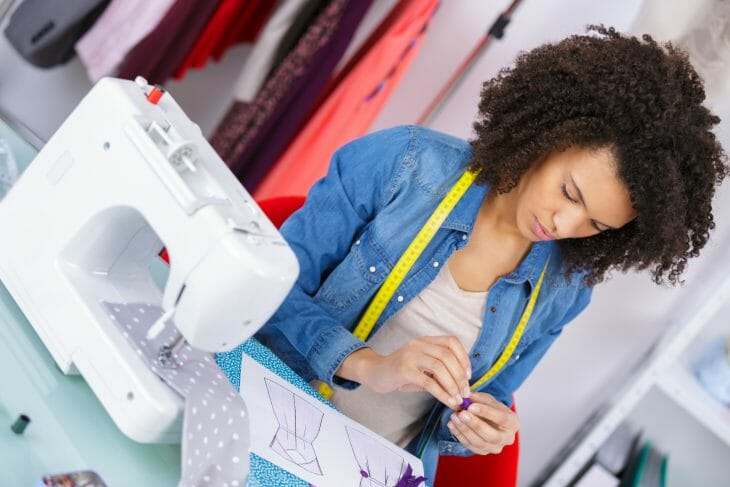 Женщина возле швейной машинки
