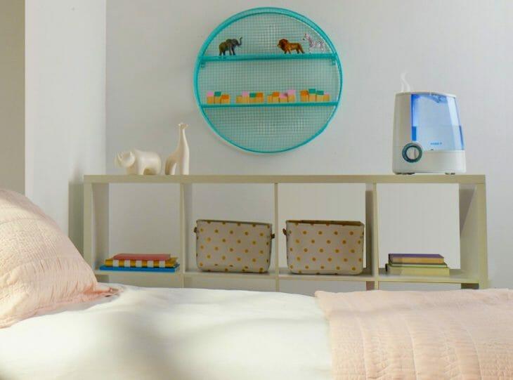Увлажнитель на тумбочке в комнате ребенка