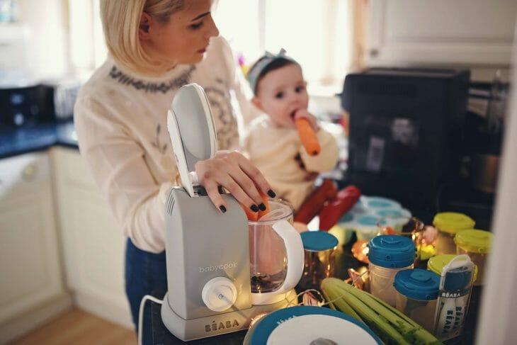 Мама с малышом на кухне возле блендера
