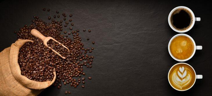 3 чашки кофе возле кофейных зерен