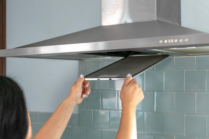 Демонтаж фильтра кухонной вытяжки