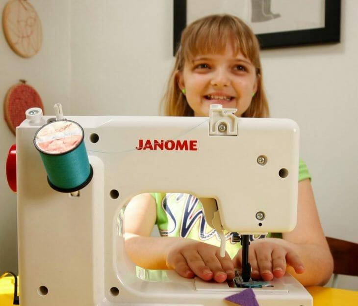 Девочка за электромеханической швейной машинкой
