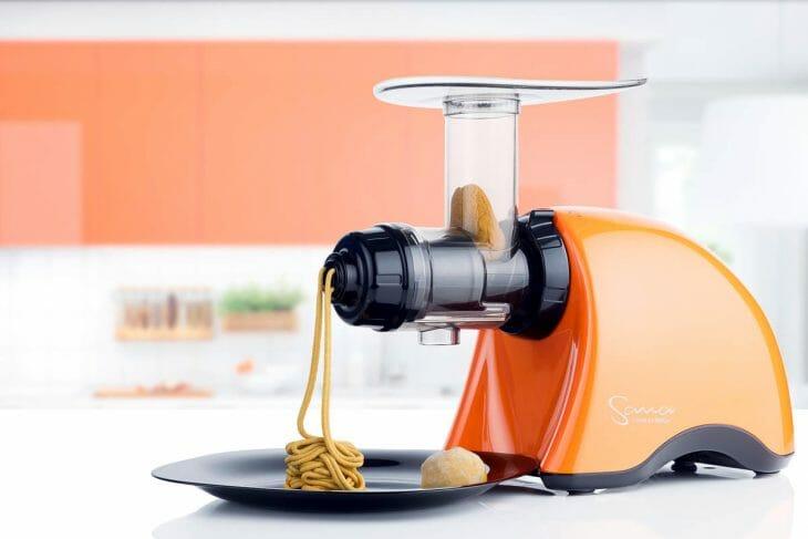 Функциональная горизонтальная шнековая соковыжималка оранжевая