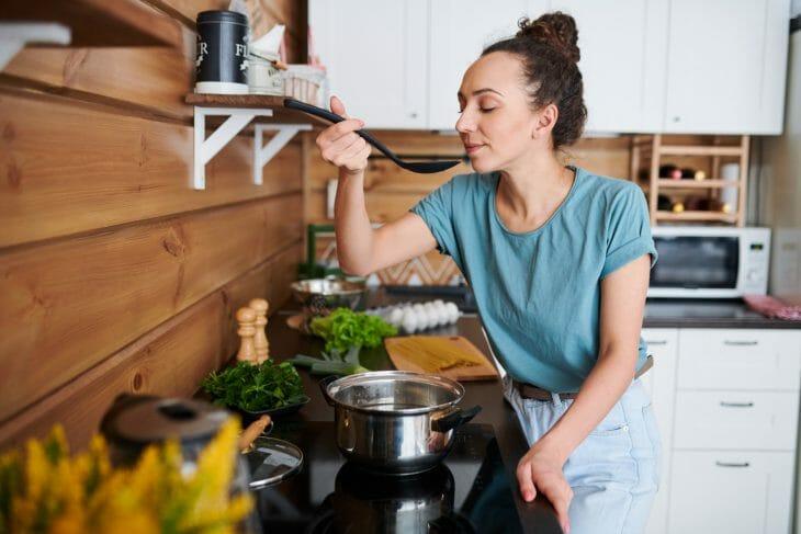 Женщина готовит на электрической плите