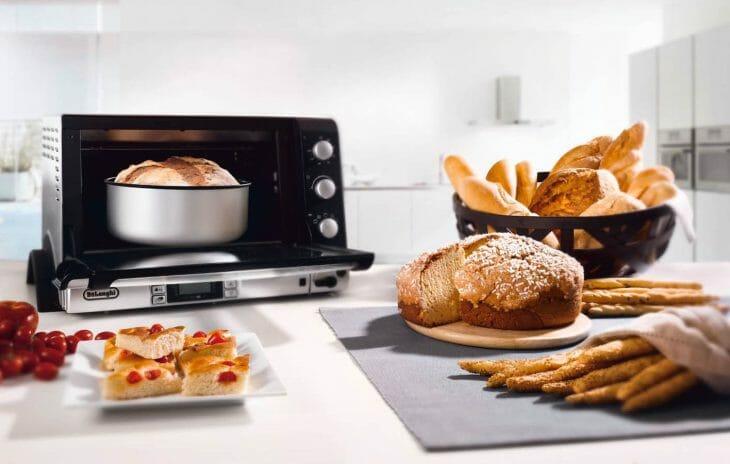 Хлеб возле настольной электрической духовки