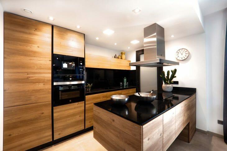 Интерьер современной кухни с производительной вытяжной вентиляцией