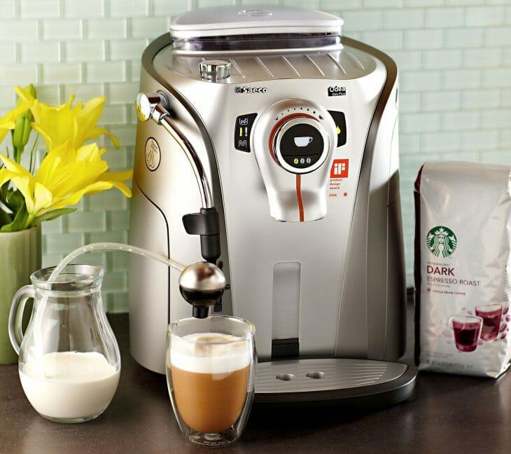 Упаковка кофе возле кофемашины