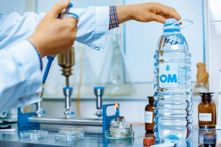 В лаборатории для проверки качества воды