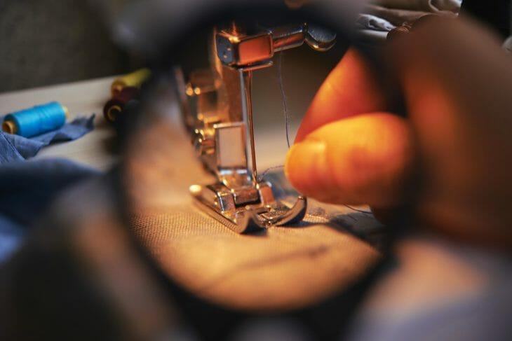 Процесс шитья под увеличительным стеклом