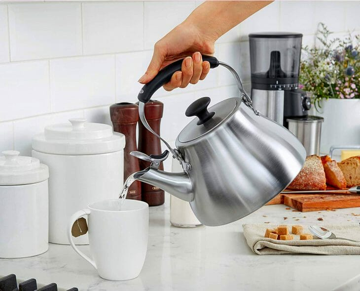 Кипяток из чайника льют в чашку