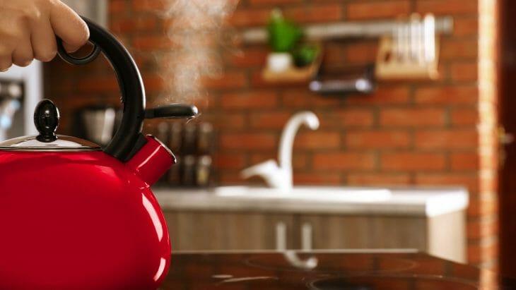 Кипит красный чайник