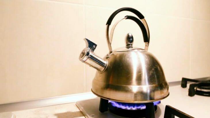 Чайник из нержавеющей стали стоит на столе