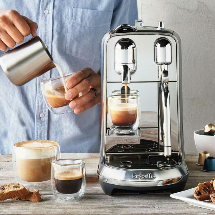Маленькая красивая кофеварка в стиле ретрофутуризм
