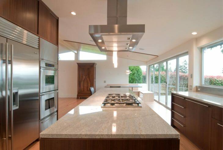 Вытяжка охватывает всю площадь плиты на кухне