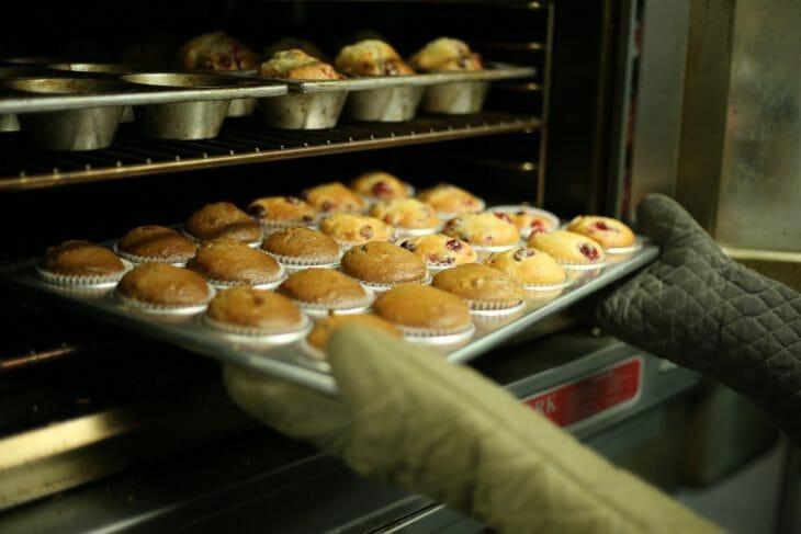 Противень с кексами вынимают из духовки