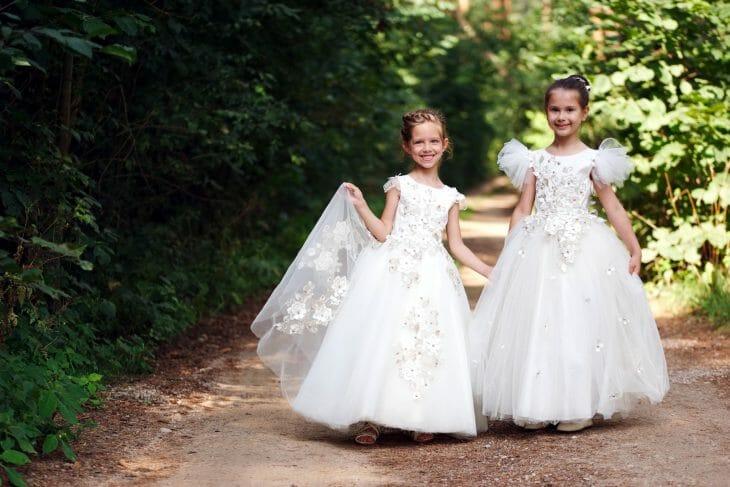 Девочки в белых платьях