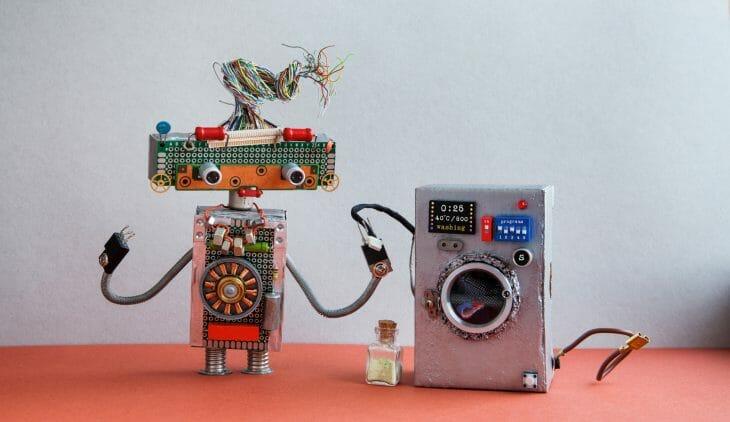 Игрушечный робот и стиральная машина