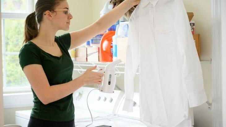 Женщина отпаривает рубашку