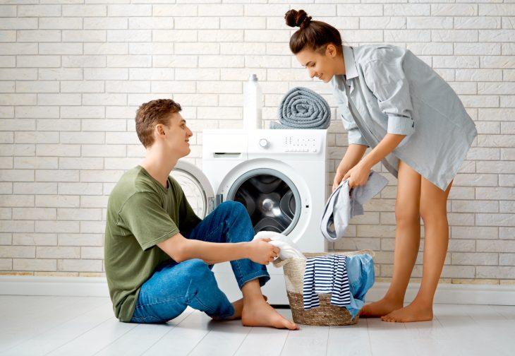 Пара возле стиральной машины