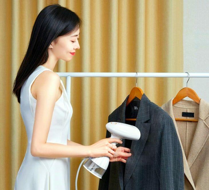Женщина отпаривает пиджак