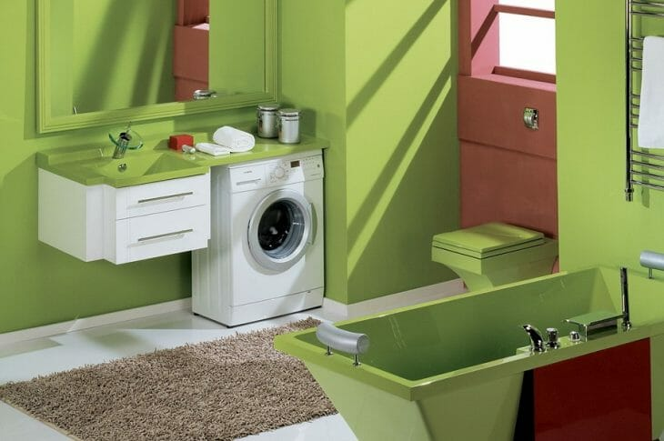 Компактная мини машина в интерьере ванной комнаты