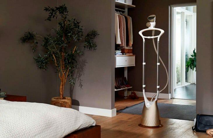 Вертикальный отпариватель в комнате