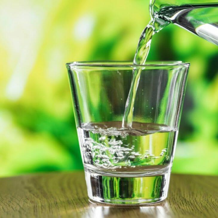 Воду льют в чистый стакан