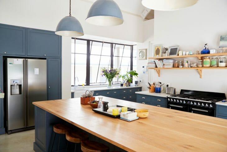 Холодильник LG на кухне