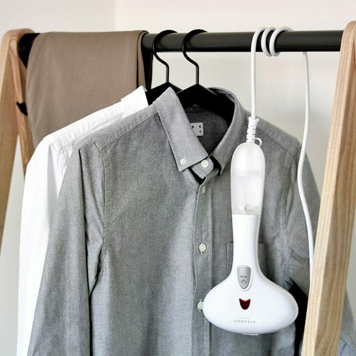 Отпариватель возле рубашек на вешалке
