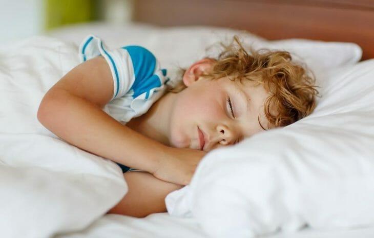 Ребенок спит во время стирки
