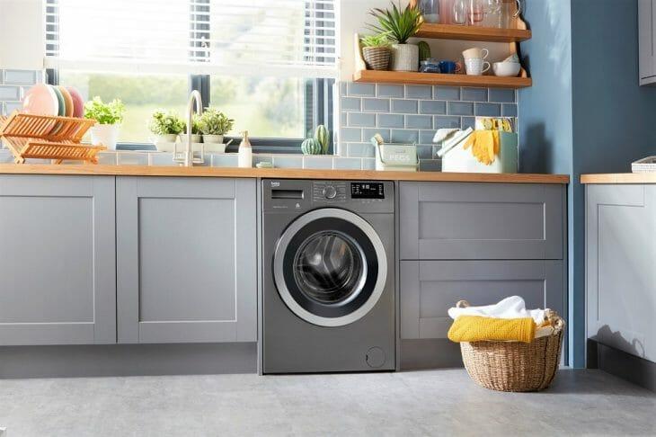 Узкая стиральная машина на кухне