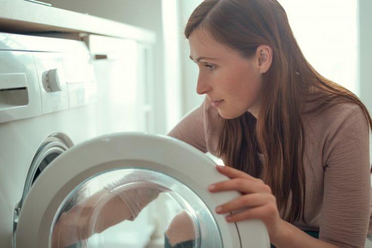 Женщина возле стиральной машины