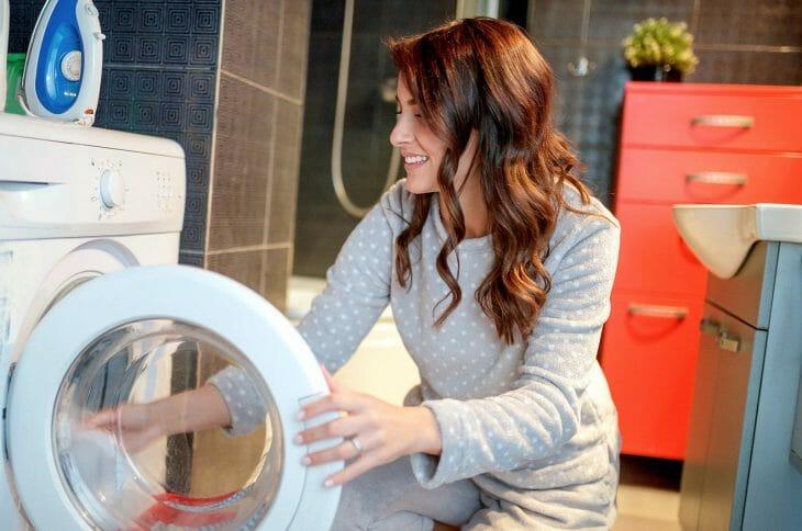 Женщина возле стиральной машины Beko
