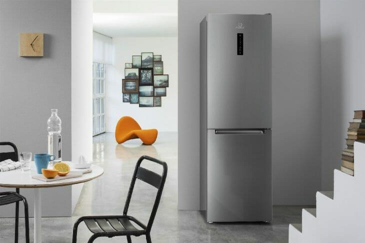 Серебристый холодильник с морозильной камерой