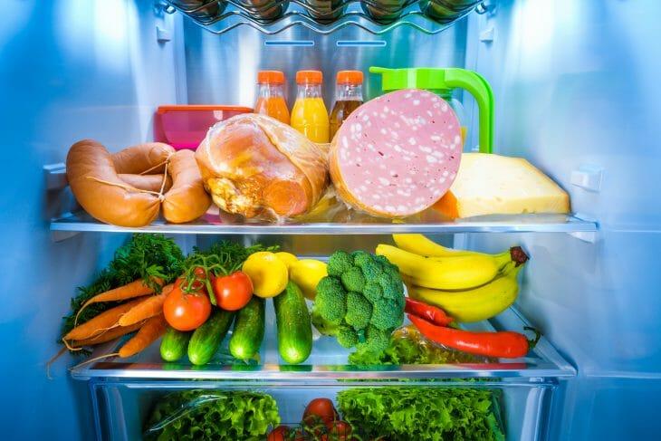 Продукты внутри холодильника Ariston