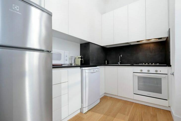 Правильное размещение холодильника на кухне