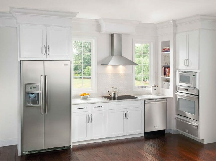 Двухдверный холодильник на просторной кухне